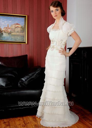 Декольтированное свадебное платье из