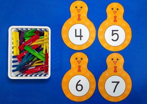 фигурки с цифрами и прищепки