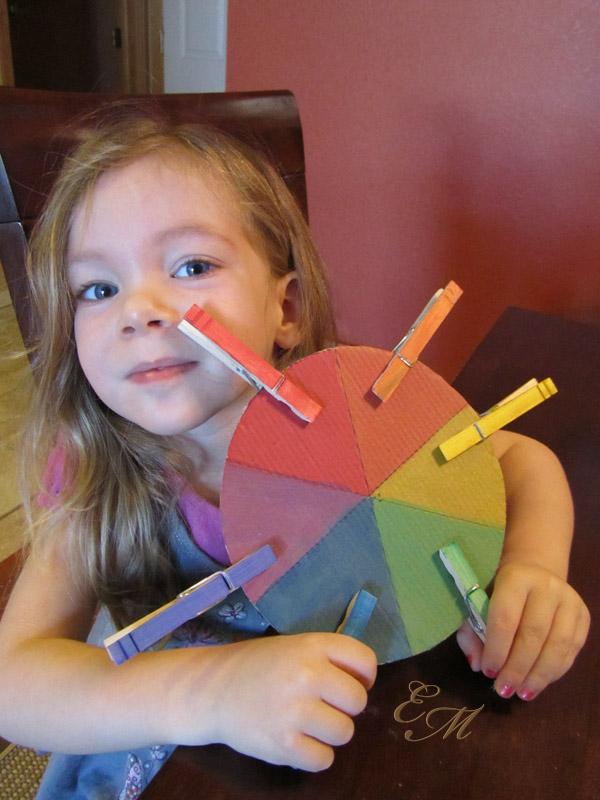 девочка с разноцветным кругом