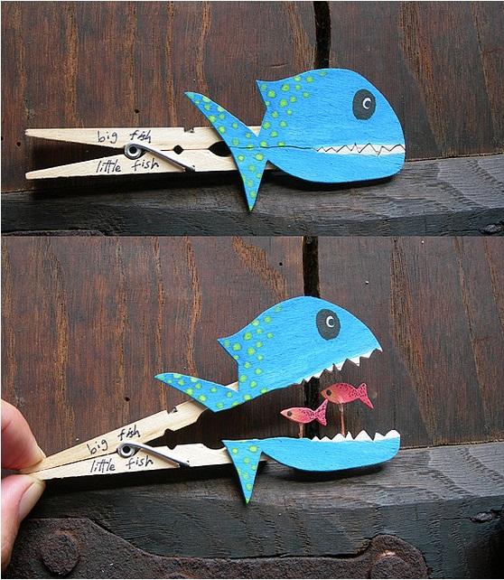 голубая рыбка, которая поедает других маленьких