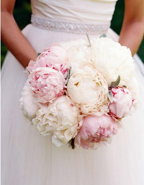 Нежные кремовые и розовые пионы в свадебном букете