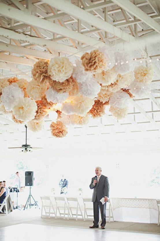Огромные свадебные помпоны на потолке