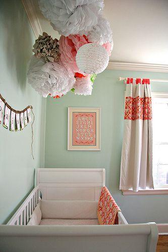 бумажные помпоны над кроваткой малыша
