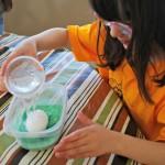 красим яйца вместе с детьми