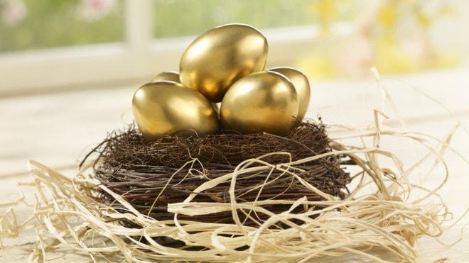Яйца в золотом оформлении для Пасхи