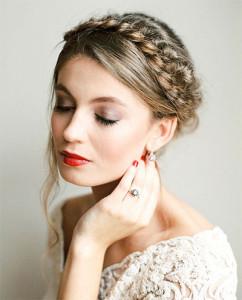 свадебный макияж с яркими губами и косой