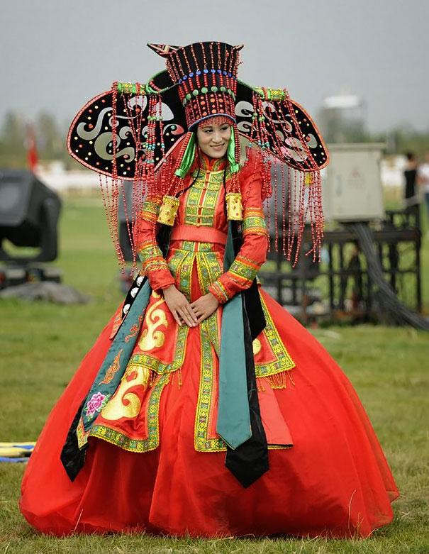 Монгольская невеста в красном платье