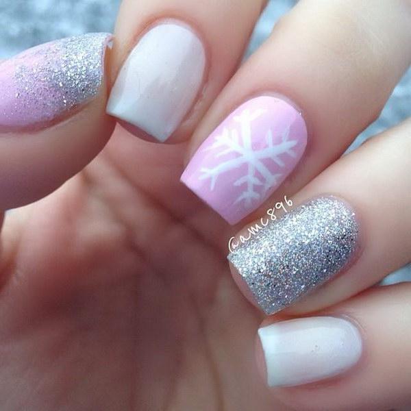 Маникюр бело-розового цвета с блестками и снежинкой