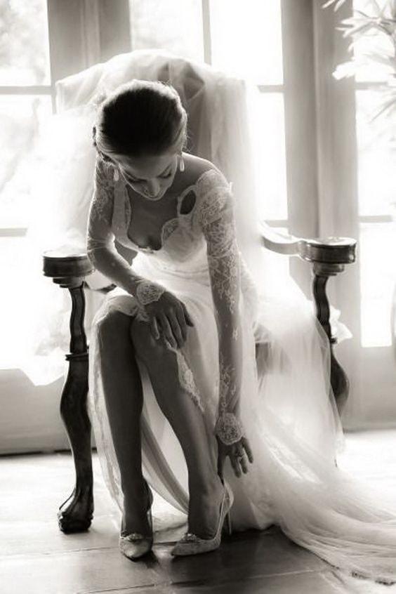 Невеста обувает туфли