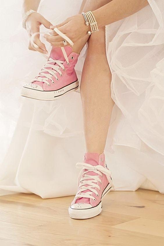 Розовые кеды на невесте