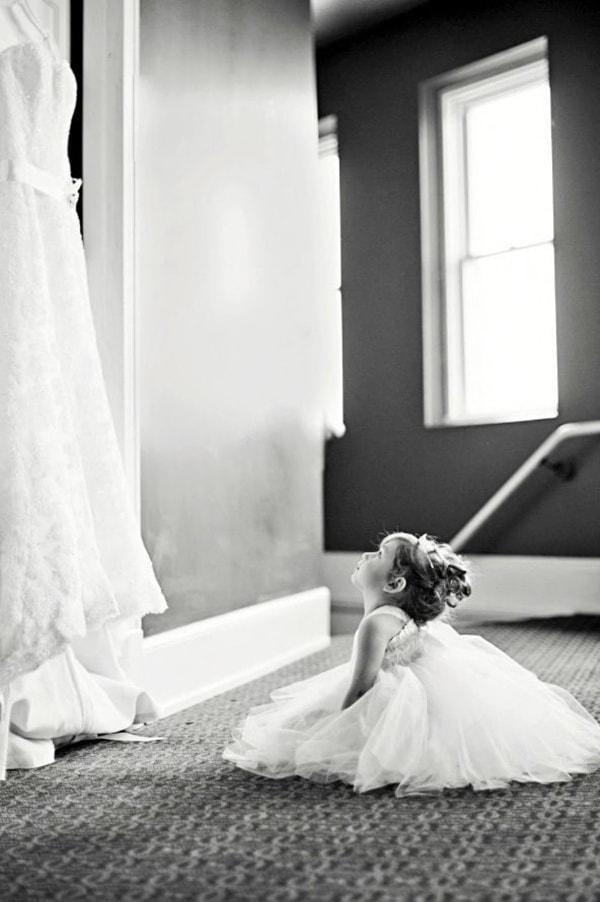 Девочка и свадебное платье