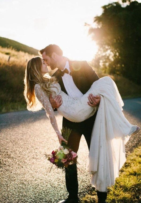 Жених держит невесту