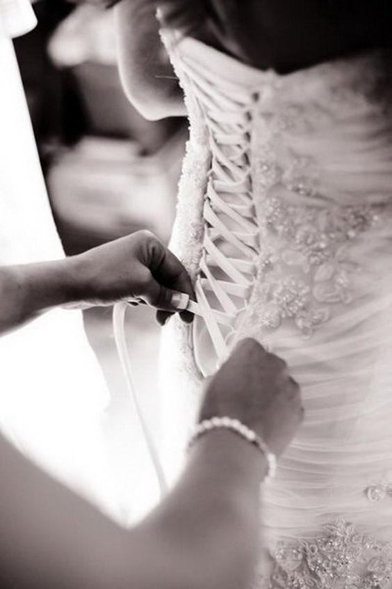 Завязывают свадебный корсет