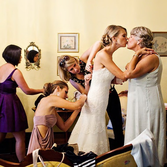 Свадебное фото мама, невеста, подруги