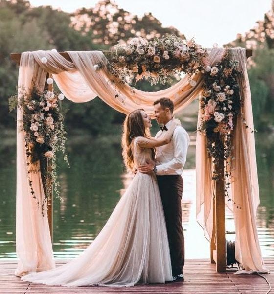 Жених и невеста на озере