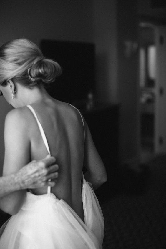 Невеста надевает платье