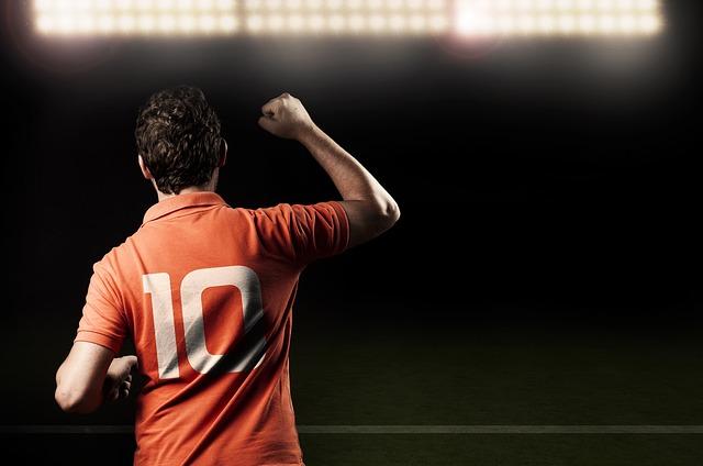Мужчина в футбольной майке