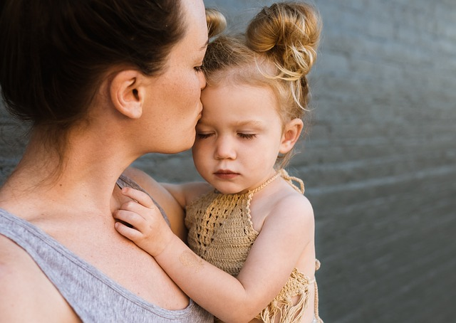 Мама целует ребенка