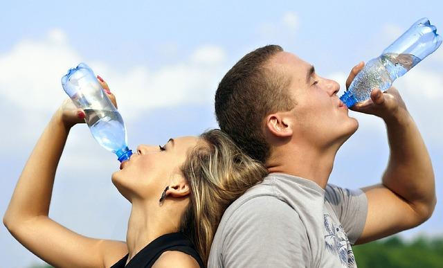 Люди пьют воду