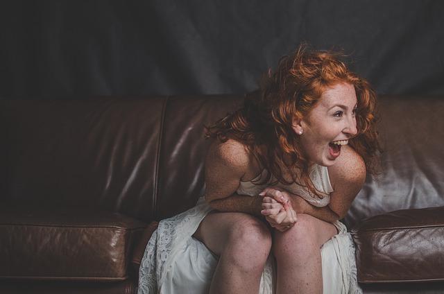 Радостная рыжая девушка