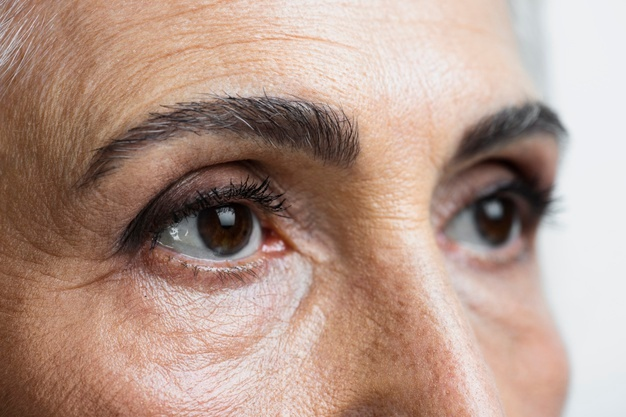 брови и глаза женщины