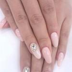 Розовый маникюр с камнями