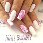 На белых ногтях красивый цветок