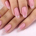 Розовый маникюр с ажурными кончиками