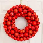 Красный, яркий венок на дверь для Нового года