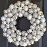 Серебристо-белые шары в праздничном венке своими руками